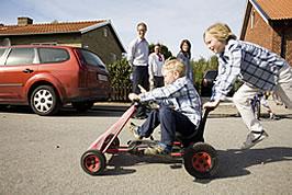 niños jugando con kart de pedales